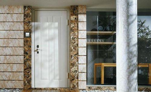 белая дверь с колонной